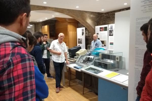 Visita a exposición Historia da informática na USC